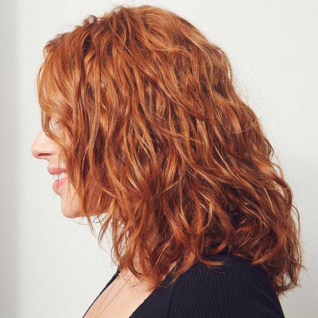 Карвинг на средние волосы — легкие и крупные локоны, как выглядит на большие бигуди, с челкой, как укладывать. фото